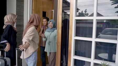 İslamiyet : muslim friend and family visiting home and greet embrace eid mubarak Stok Video