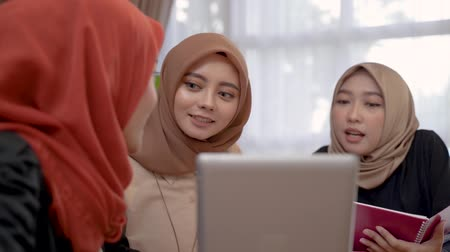 linguetta : muslim woman using tablet with friend together Filmati Stock