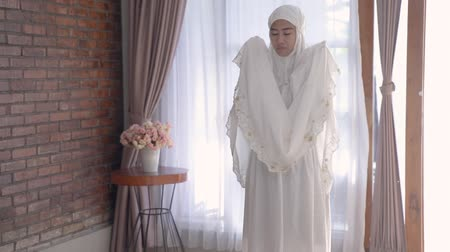 cami : muslim woman solat and takbir take his hands up Stok Video