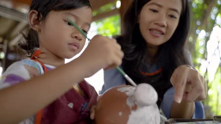 ceramika : mother and daughter making ceramic pot Wideo