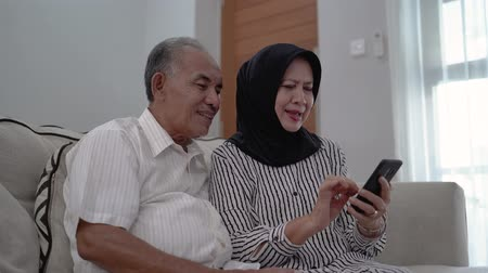 malaya : senior couple using mobile phone Stok Video