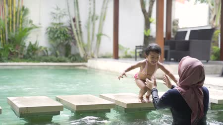 denemek : toddler having fun swimming with mom Stok Video
