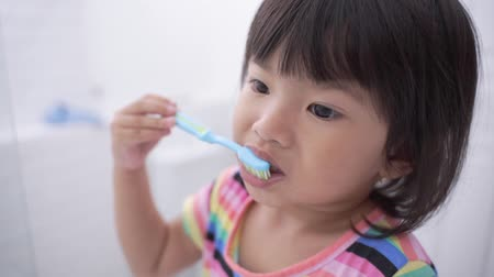 lavatório : toddler independently brush her own teeth