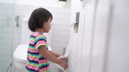 sedes : toddler pulling out toilet paper Wideo
