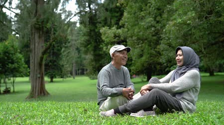 dziadkowie : muslim senior couple relaxing in the park