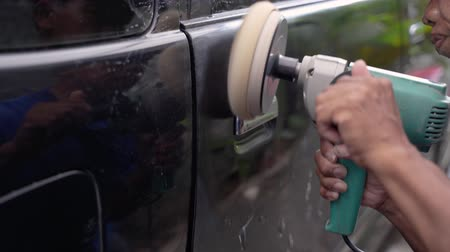 detailing : handyman is using a car polishing machine Stock Footage