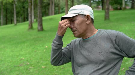 migrén : senior asian man having headache