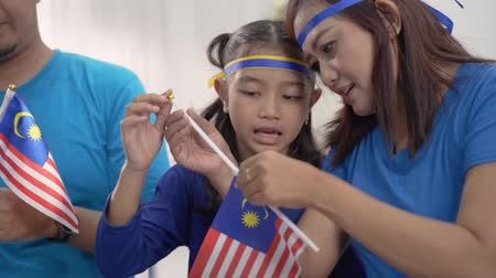malajsky : kids making malaysian flags together at home with family
