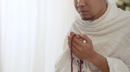 boncuklar : muslim asian man praying with prayer beads