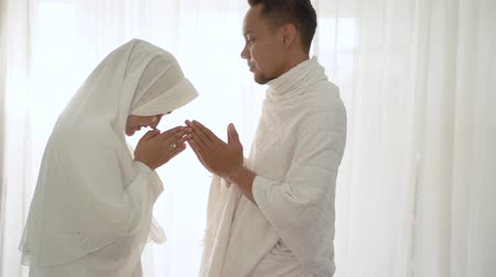 hacı : shake hand wife kiss husbands hand after praying