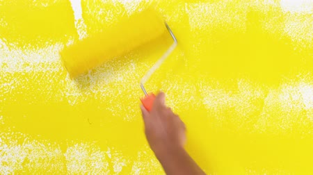 elle çizilmiş : Painting of walls in a yellow color for repair old paint