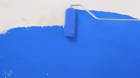 インサート : footage horisontal roller blue painting on the white wall