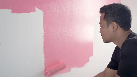 painting his new home with pink color Vidéos Libres De Droits