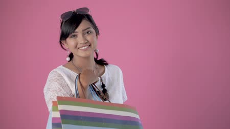sırıtma : happy smiling woman with shopping bags