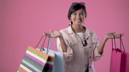 sırıtma : excited woman shop and holding shopping bags