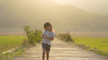 поясница : young girl running outside on summer day Стоковые видеозаписи