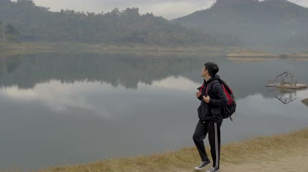 namiot : travelers with backpacks overlooking enjoy lake view Wideo