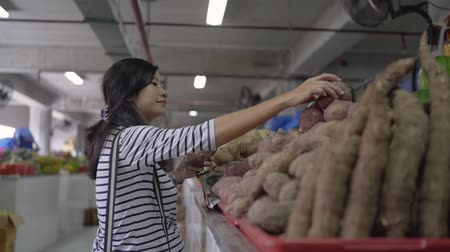 to be alone : pregnant asian young woman hold items to be purchased Stock Footage