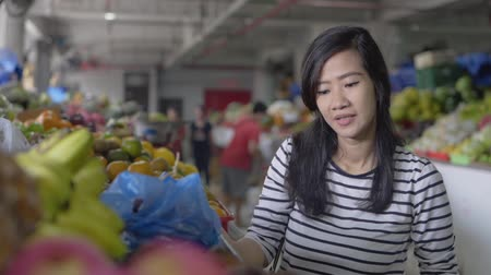 bakkal : pregnant young woman walk while looking at things Stok Video