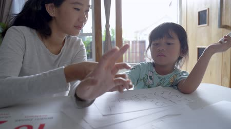 aritmética : mother teaching basic math to her little daughter