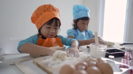 piada : kids make some dough and cookies together Vídeos