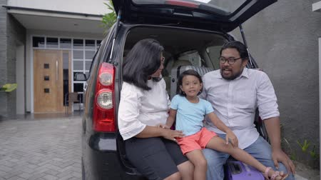 parente : asian family with daughter sitting in car trunk Vídeos