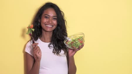estilo de vida saudável : healthy young woman eating a bowl of vegetable salad Vídeos