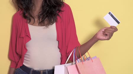 cardíaco : casual asian woman with shopping bag holding a credit card Stock Footage