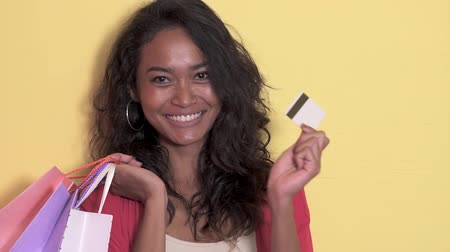 cardíaco : casual asian woman with shopping bag showing a credit card
