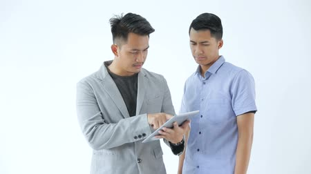 verbinden : Asian Young Business Team mit Tablet Videos