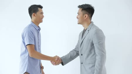 relações : Asian Young Business shake hand deal