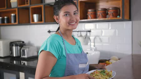 malaya : pretty asian wife preparing lunch Stok Video