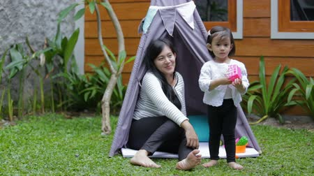boneca : play toys with mother in tent