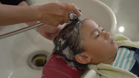 szampon : child with her hair being washed in salon