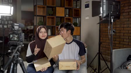 блог : Asian young couple making unboxing review recording video for vlog Стоковые видеозаписи