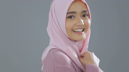 сложены : Smiling asian girl in hijab