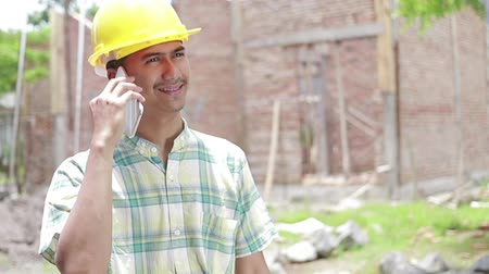 caseiro : construction worker using mobile phone