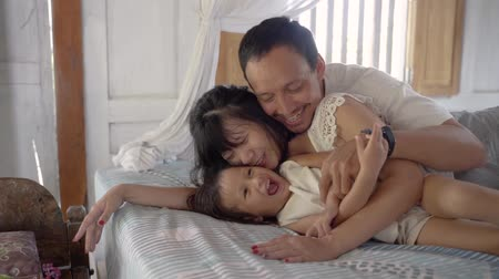 omzunda : Asian happy family and child daughter laughing together