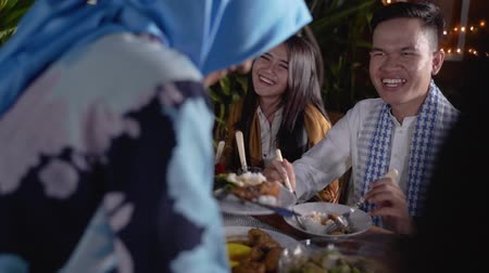 マレー語 : Happiness of friendship when enjoy eating iftar together