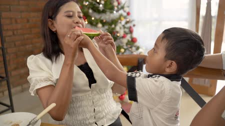 syrop : asian family tradition having lunch together on christmas day Wideo