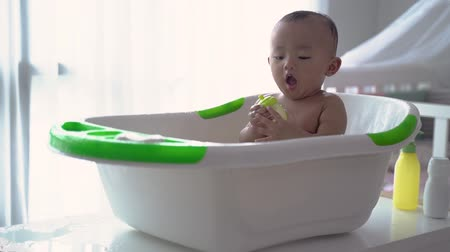 malaya : toddler taking a bath by himself Stok Video