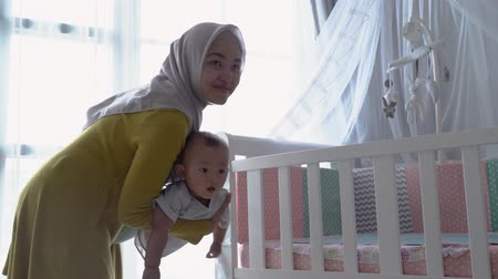 muslim mother play with her child Vídeos
