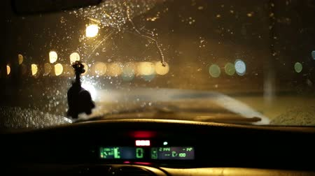 deslizamento : It is snowing night. View of the road from the car through windscreen.