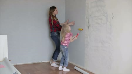 papel de parede : A mother showing to a daughter how to wallpaper. Vídeos
