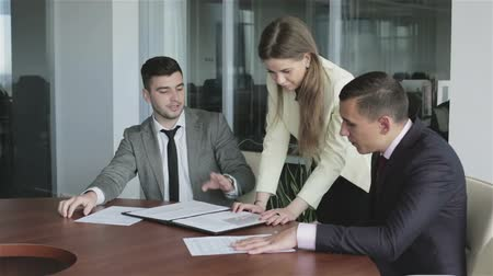 jurist : Team leader woman in yellow jacket is talking with a colleagues at a meeting room. Stock Footage