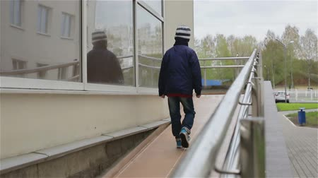 construir : A small boy walking up on the wheelchair ramp. Slow motion. Stock Footage