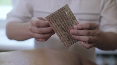 akupresura : Doctor is unpacking an acupuncture needles. Wideo