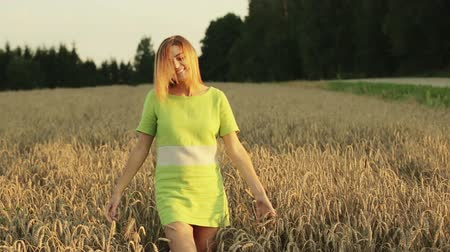 наслаждаться : Beautiful and happy woman walking in wheat field. Стоковые видеозаписи