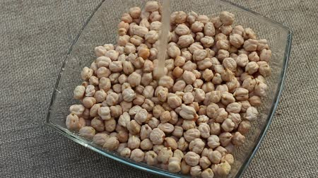 kabuksuz tahıl : White chickpeas. Soaking chickpeas before cooking