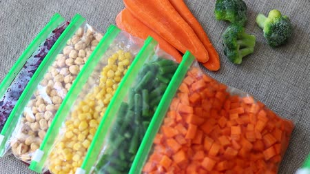 feijões : Bags of Frozen Vegetables. To prepare, blanch and freeze garden vegetables, berries, and fruit for winter use Vídeos